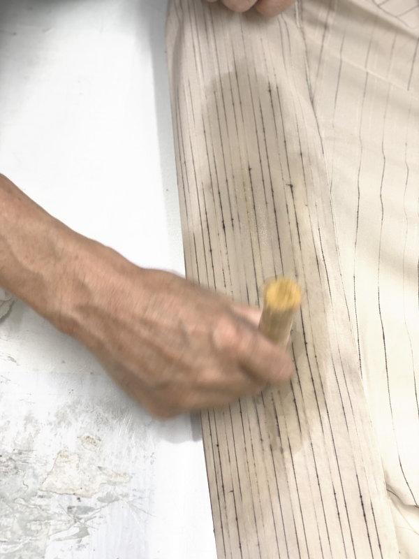 竹製のブラシで少し力を入れて押し付けるように擦り油性の 汚れを落とします。