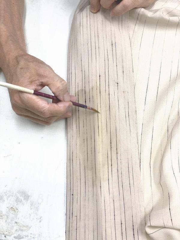 筆を使い、色抜けした部分に色を差し、生地に馴染ませます。