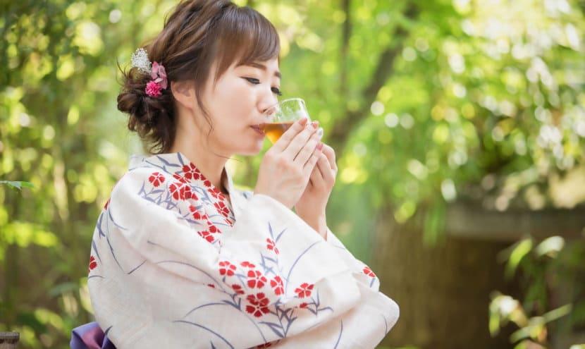 ウーロン茶を飲む着物女性